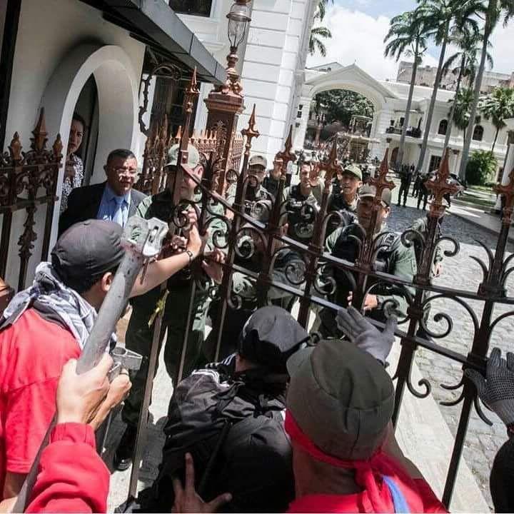 "Victor Vivas en Twitter: ""@mahebo @FernandoMiresOl Aquí el momento en que Lugo les abre la reja https://t.co/L0wJW3bZCZ"""