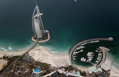 Una vista aérea del hotel de lujo de 321 metros de altura Burj Al-Arab construida sobre una isla artificial frente a Jumeirah en el emirato de Dubai. #Dubai #Construcciones #Arquitectura