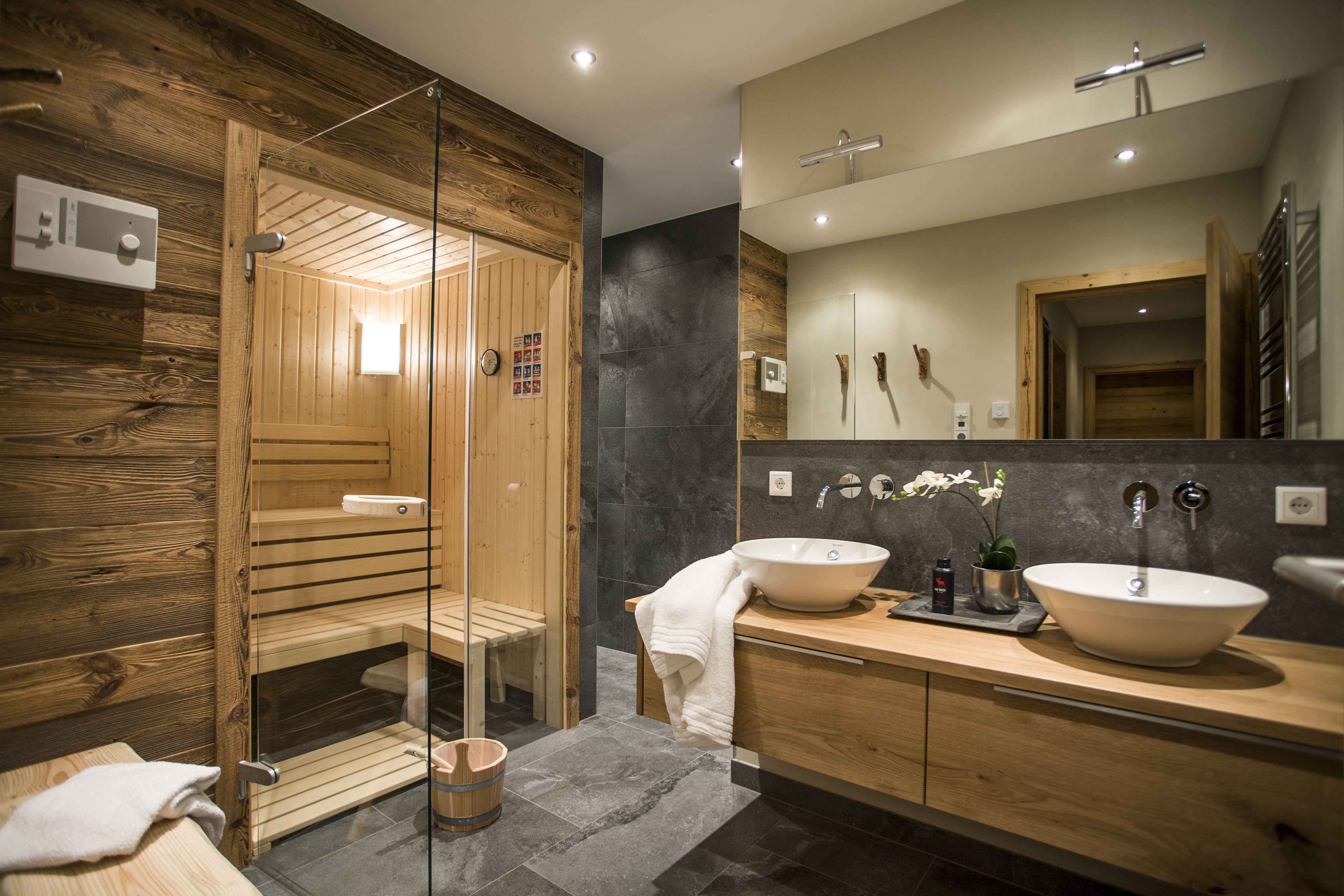 Wellness Sauna Bathroom With Rainshower Ipod Dockin Station Etc Chalet Annewill Klassisches Badezimmer Badezimmer Mit Sauna Moderne Badarmaturen