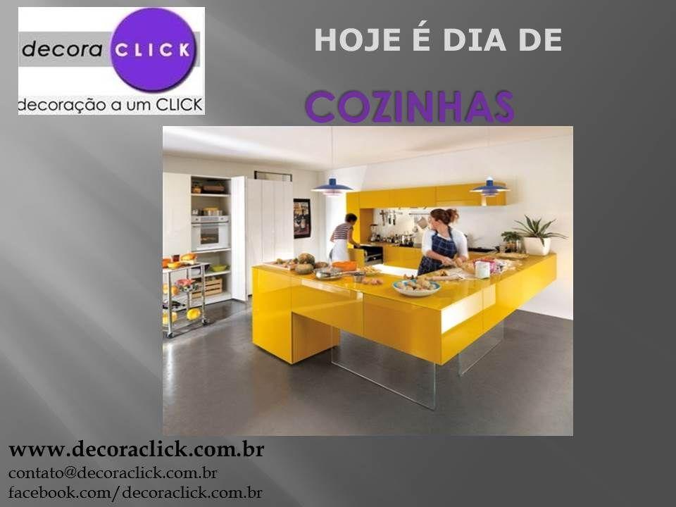 Uma cozinha diferente e compacta. Grande destaque para a bancada toda amarela e partes que são de vidro. Parece que a bancada está flutuando!