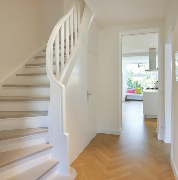 Treppenhaus modern  Modernisiertes Reihenhaus : Zeitloses Treppenhaus | Staircases ...