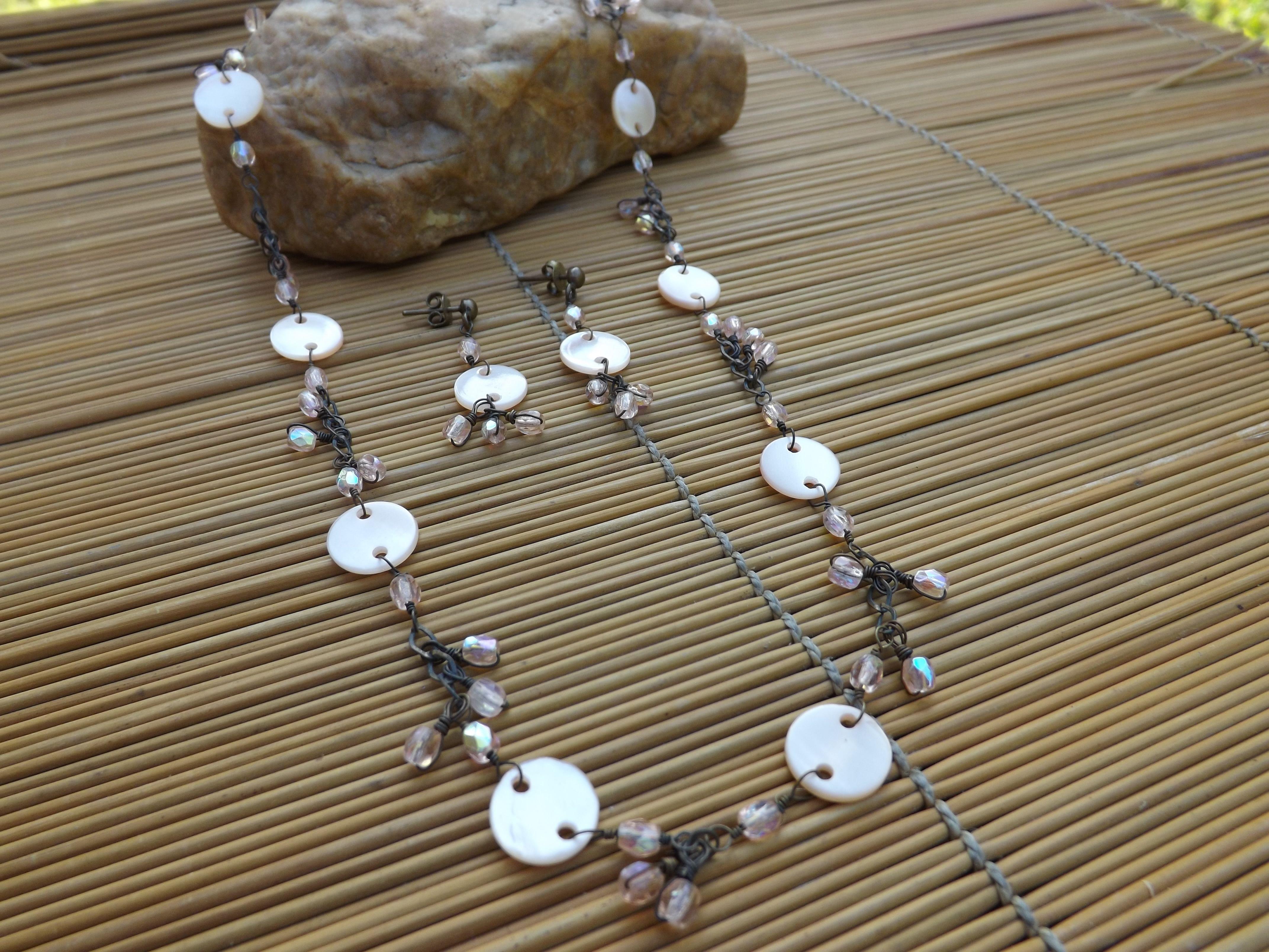conjunto de colar e brinco envelhecido,feito com corrente,cristais rosa furta-cor e madre perolas rosa claro.