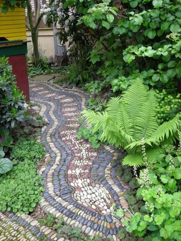 garten gestaltung gartenweg flusssteinen immergrün | garten, Gartenarbeit ideen