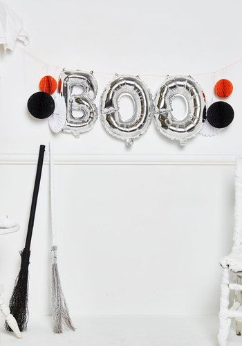 Decorating stress becomes a thing of the past with the arrival of this Halloween garland! Simply inflate the silver 'boo-loons', unfold the white pinwheels, set up the orange and black honeycombs, and string 'em all together. This festive party kit is destined to delight all 'fright' long.