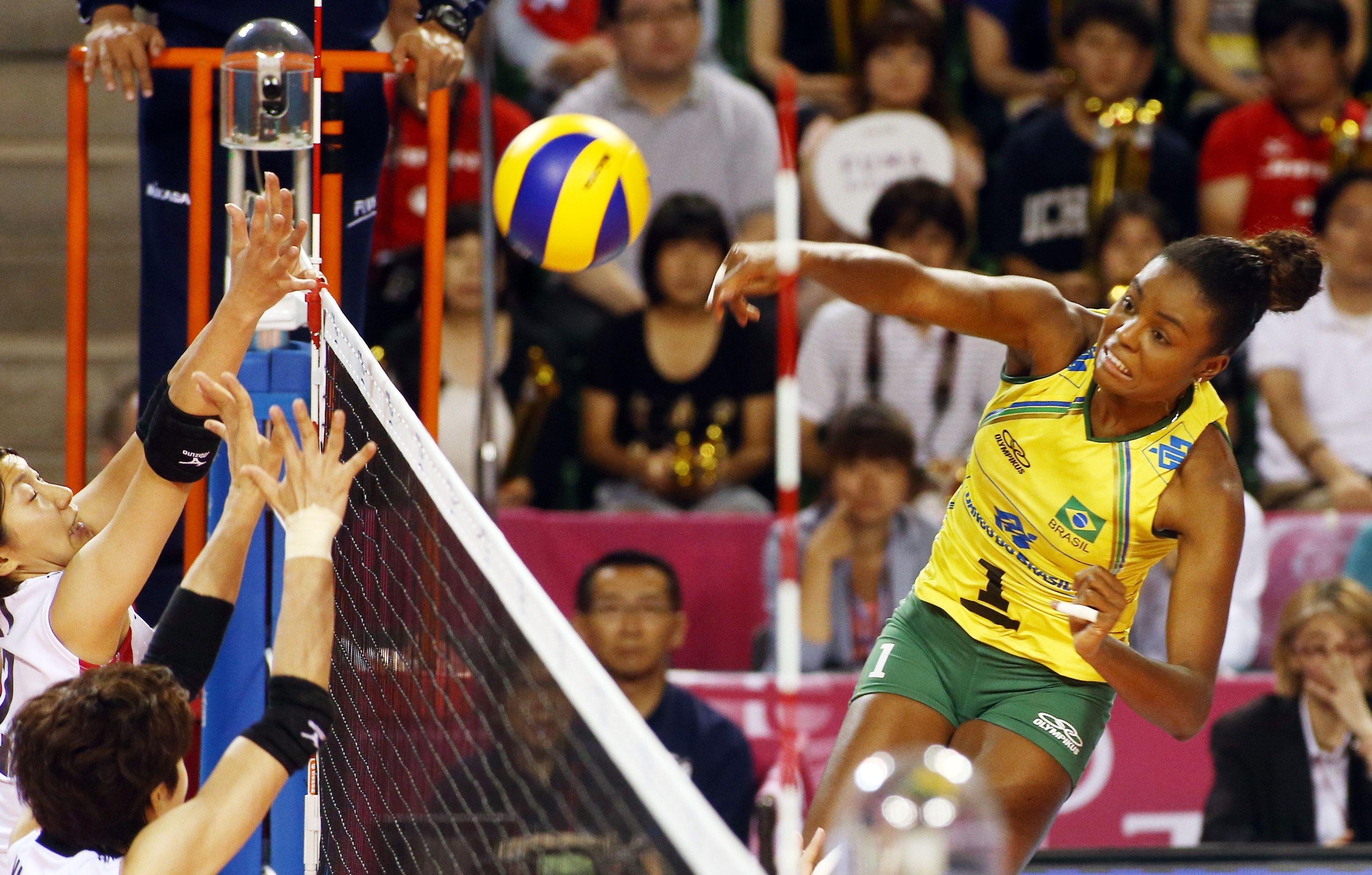Brazil S Claudino Fabiana Atacking Beach Volleyball Basketball Court Brazil