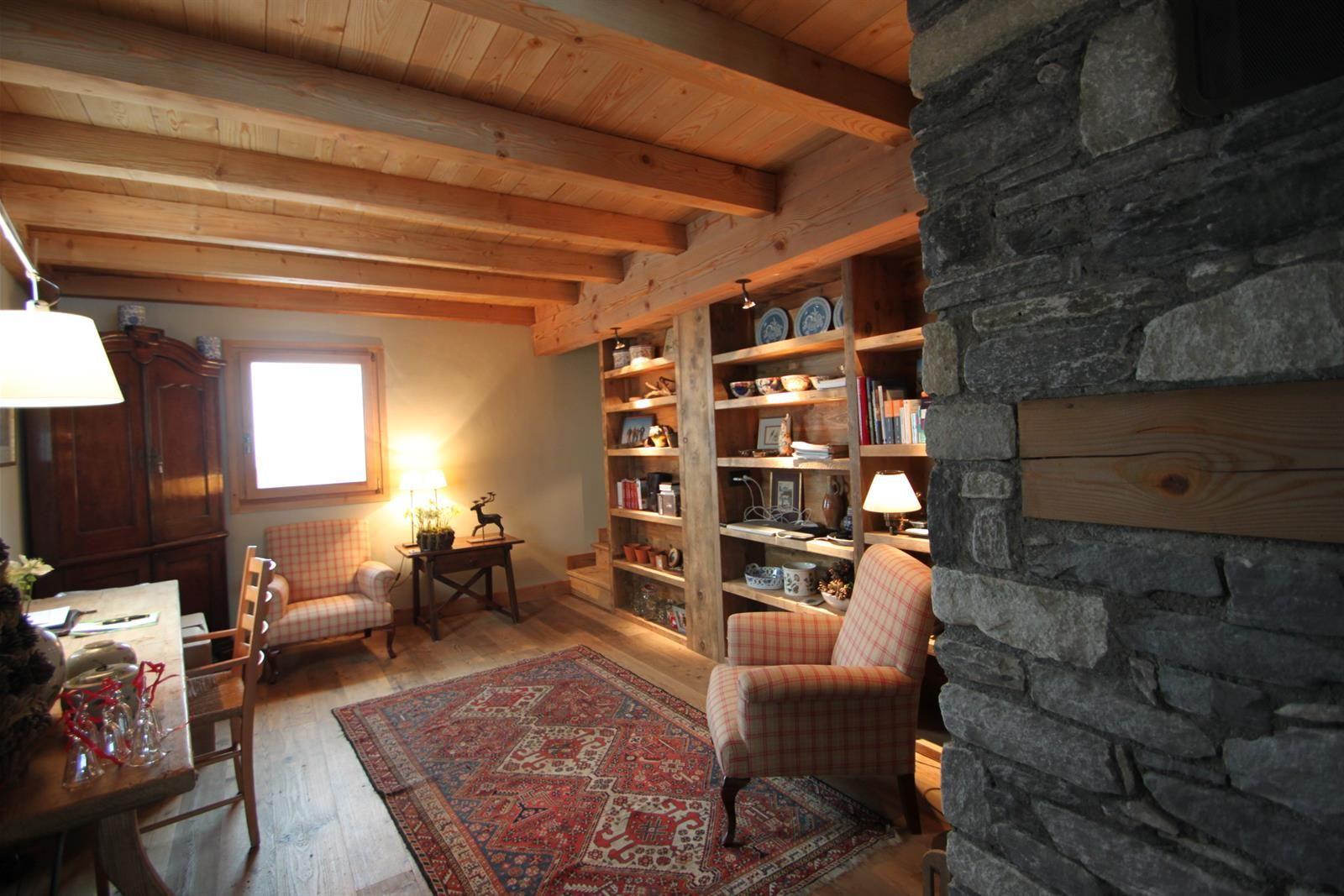 Grande pice bureau avec fauteuil et bibliothque Tapis de style