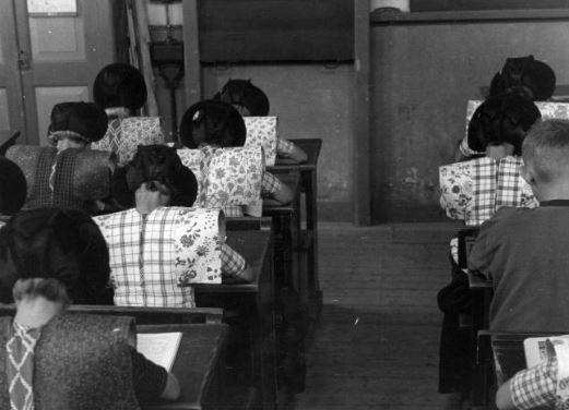 Groepsportret van een groep kinderen in klederdracht in de schoolbanken van een klaslokaal van de school te Eemdijk (gemeente Bunschoten). 1948 WF van Heemskerck Düker (fotograaf) #Utrecht #Spakenburg