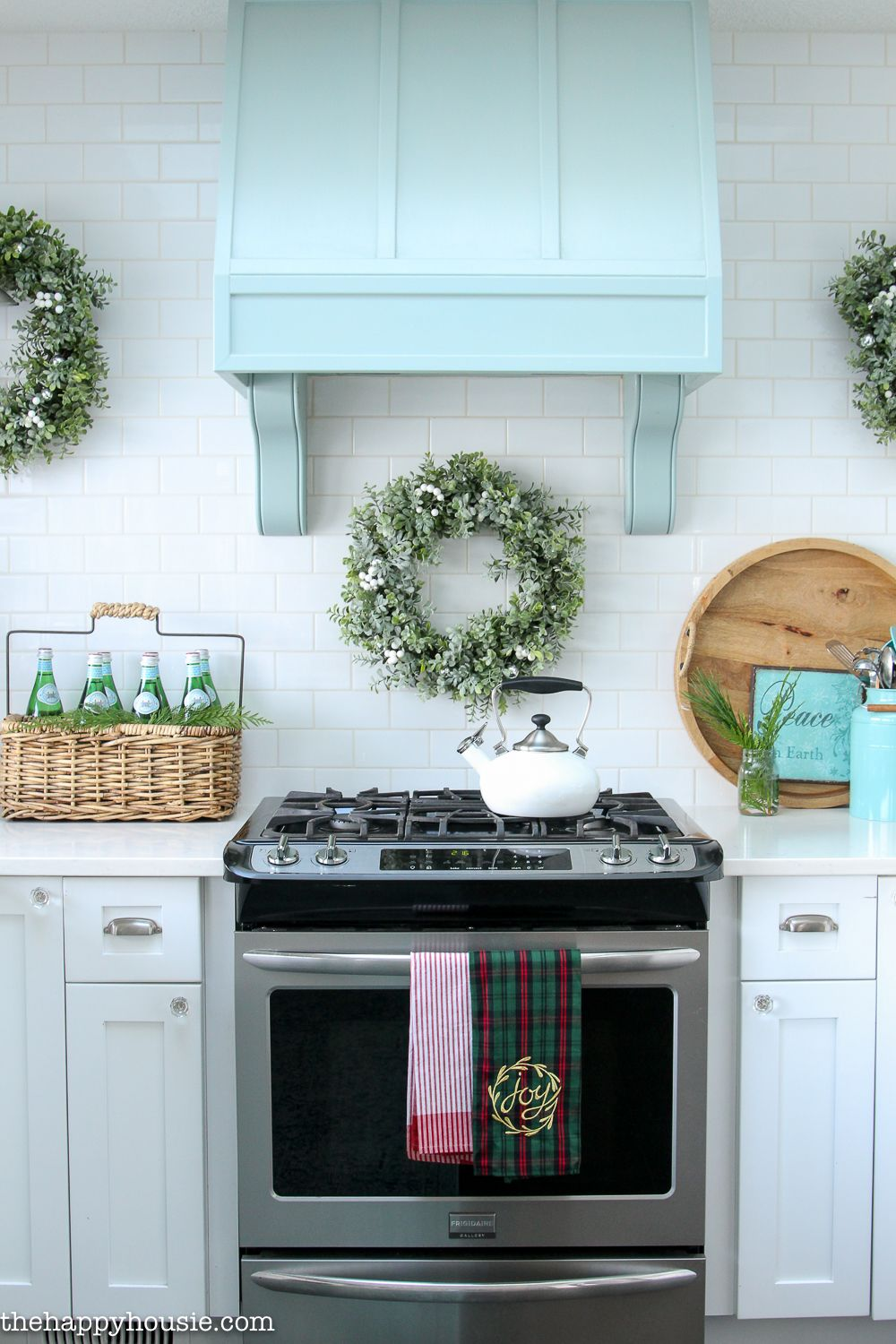 Classic Christmas Kitchen and Dining Room | Christmas kitchen ...