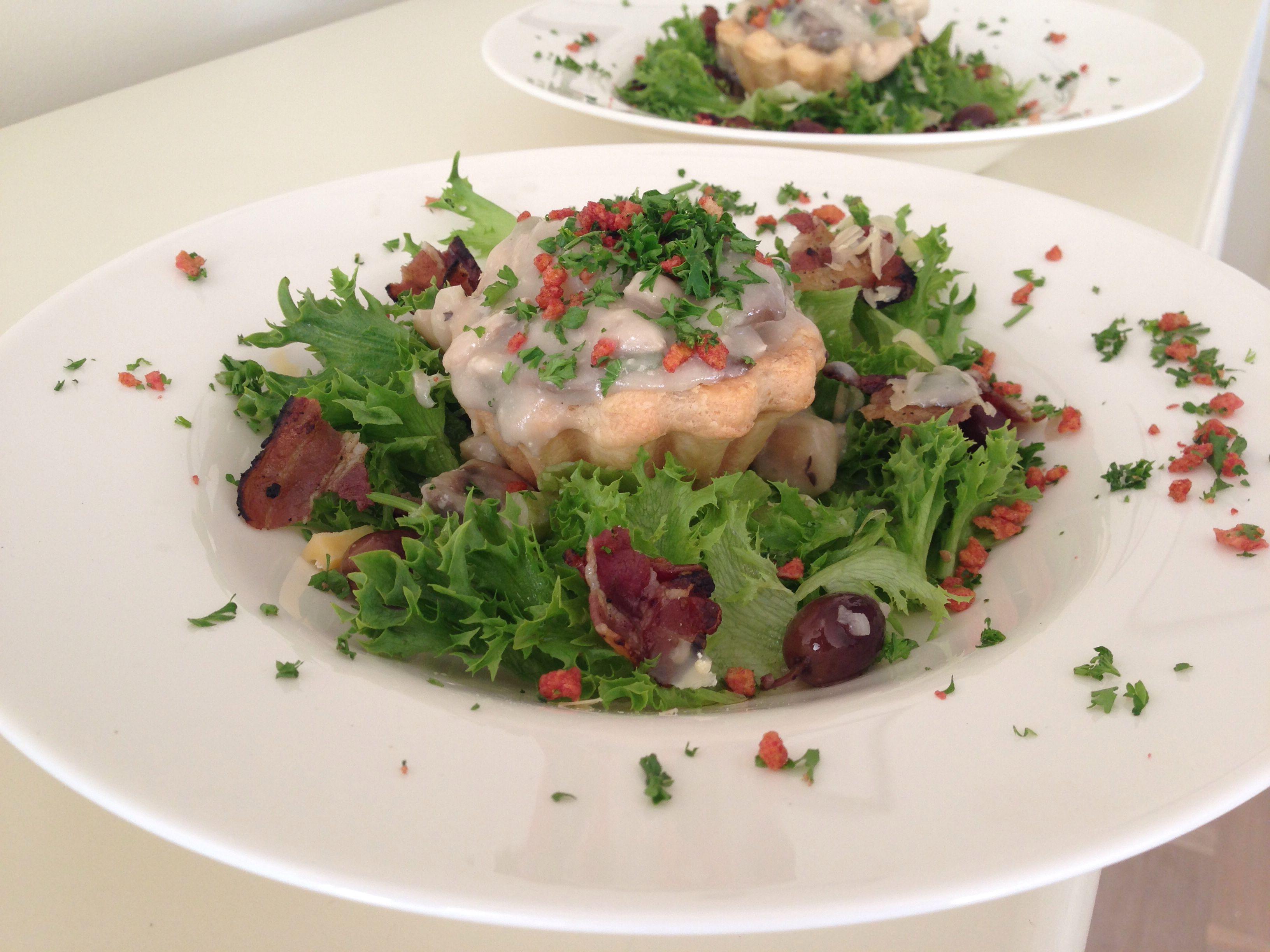 Lækker tartelet med unghane filet og svampe i sauce. Sprød salat med bacon og oliven.