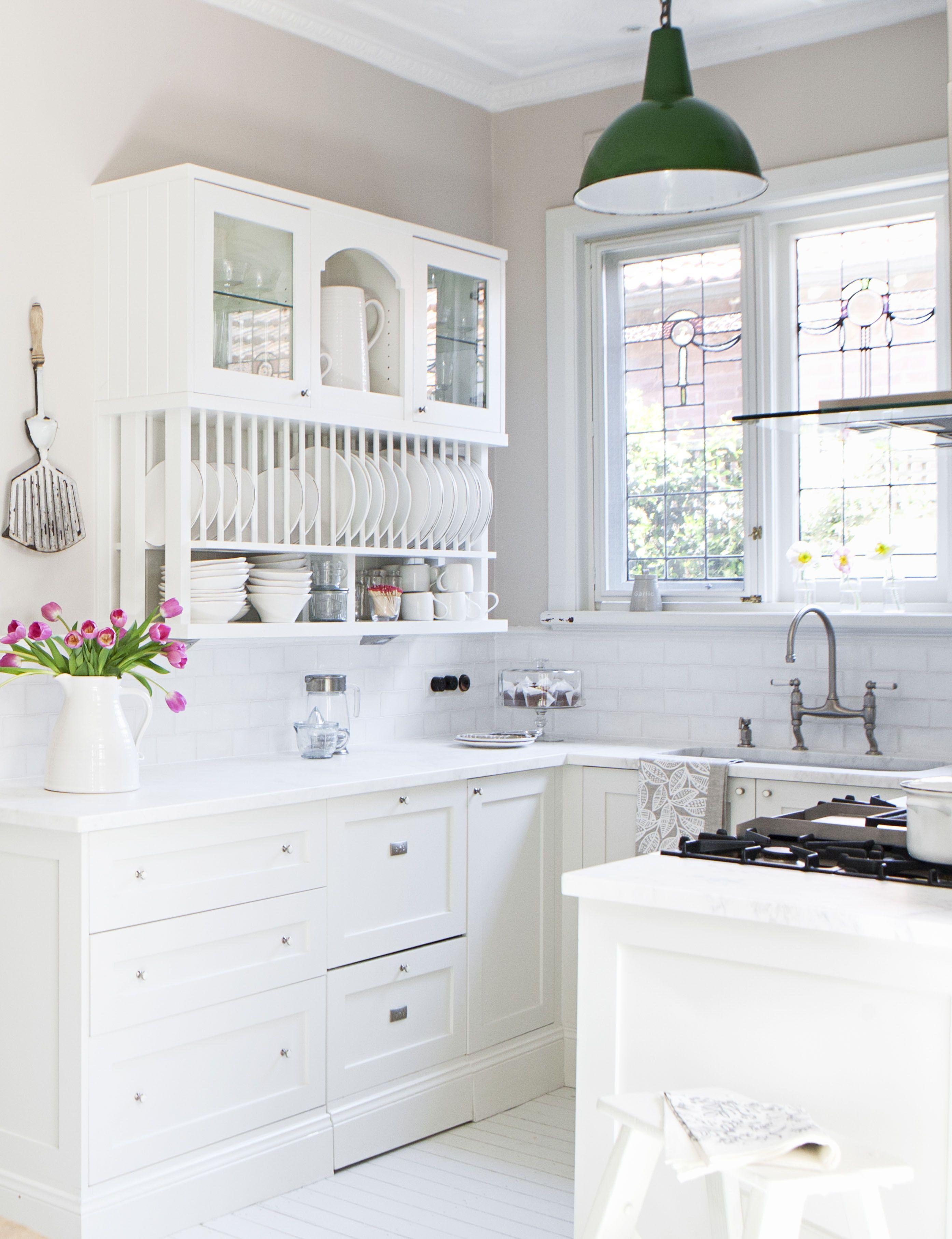 A beautiful hamptonsstyle kitchen kitchens kitchen reno and
