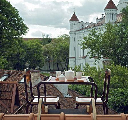 設計師Aine Bunikyte在家中屋頂打造的360全景咖啡桌 Furniture sets design