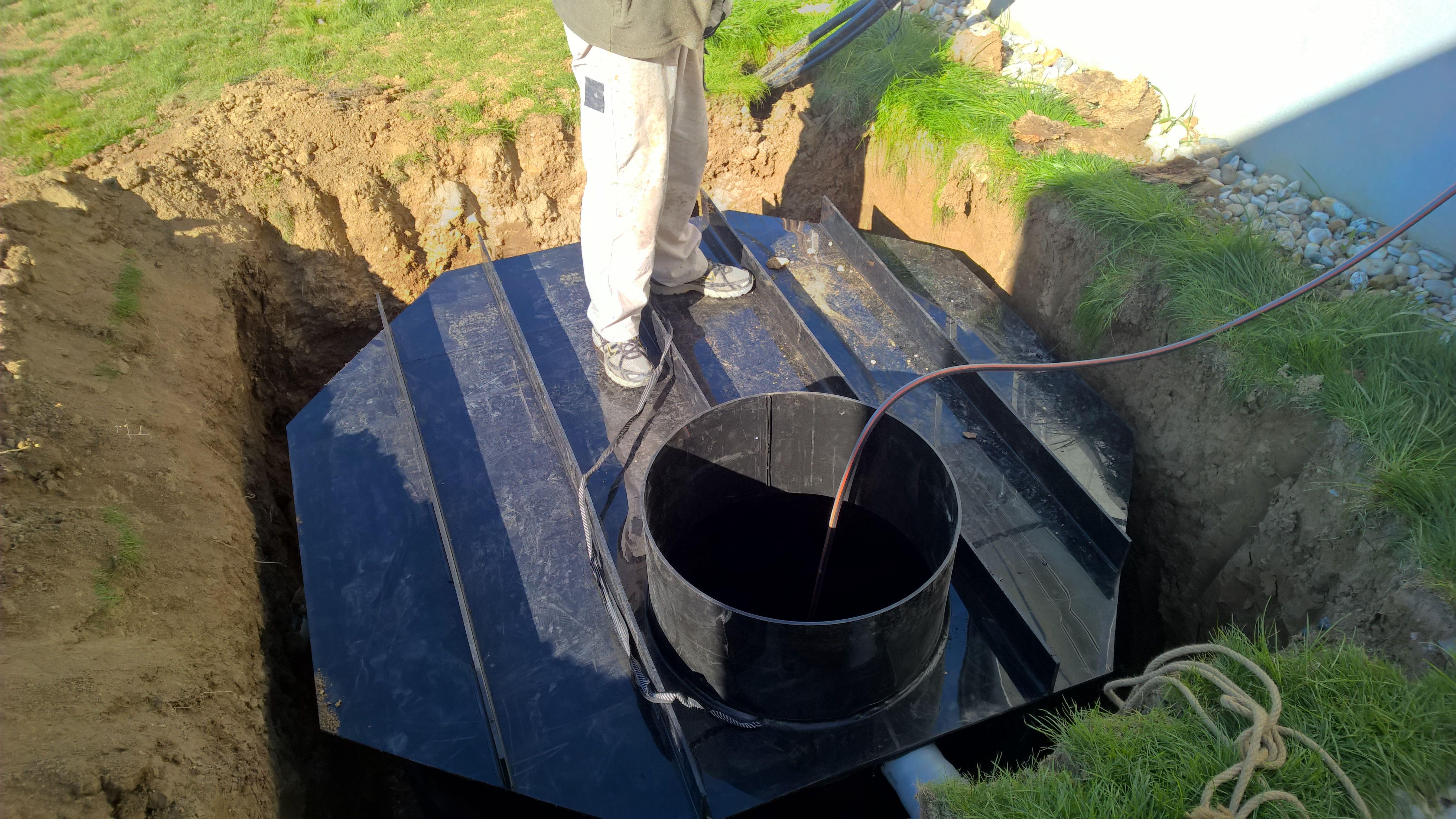 Osádzanie šachty na vodu. Ideálny spôsob ako využiť nazbieranú dažďovú vodu na zavlažovanie.