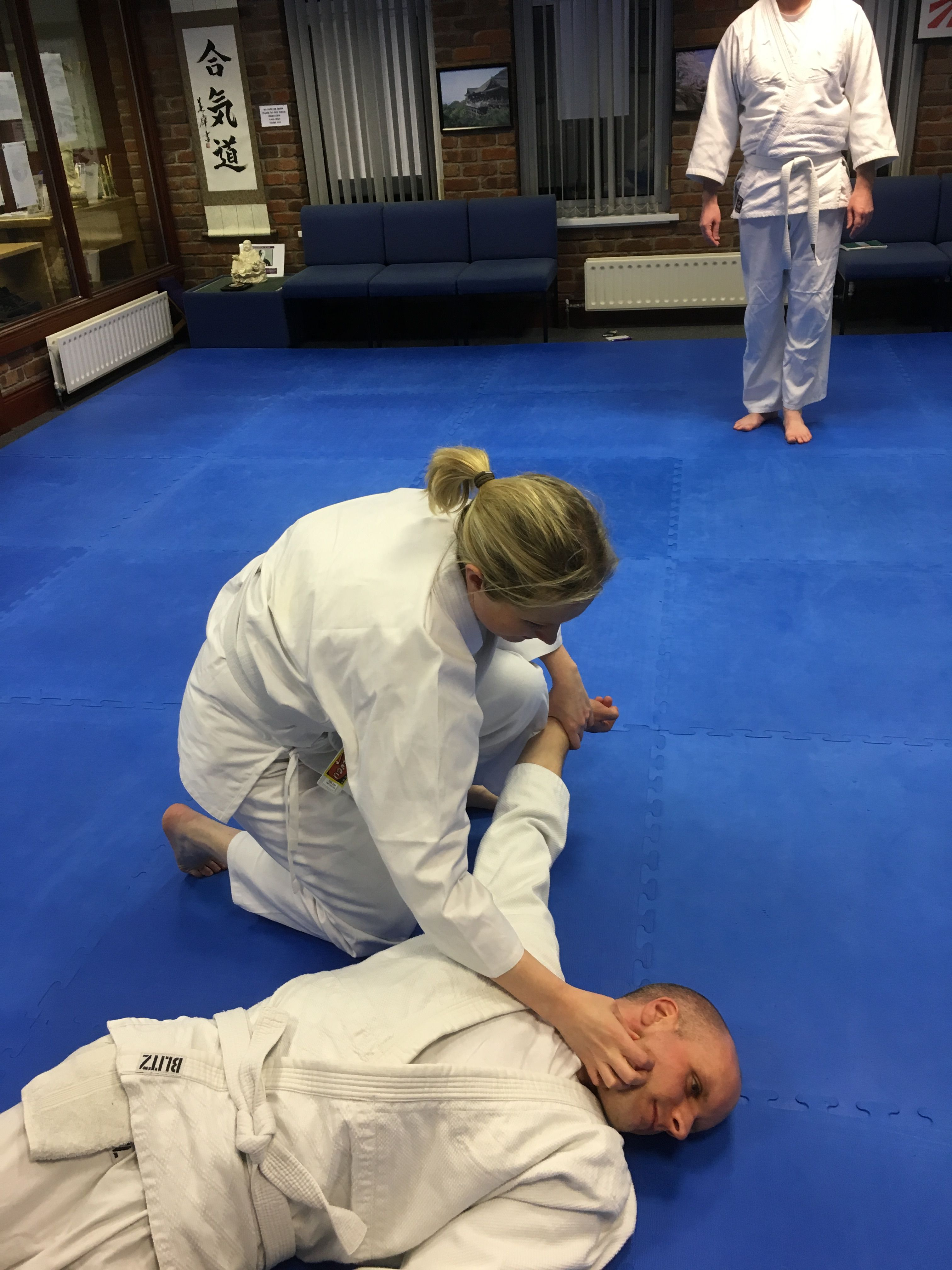 Aikido student restrains attacker using pressure point