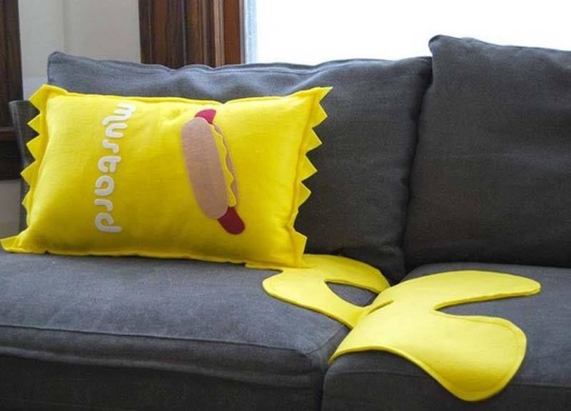 Hoy en nuestra sección cojines con diseños originales...Un cojín con forma de sobre de mostaza ideal para acompañar al Chiken Burger.. http://www.yougamebay.com/es/list/category/tienda_regalos_originales