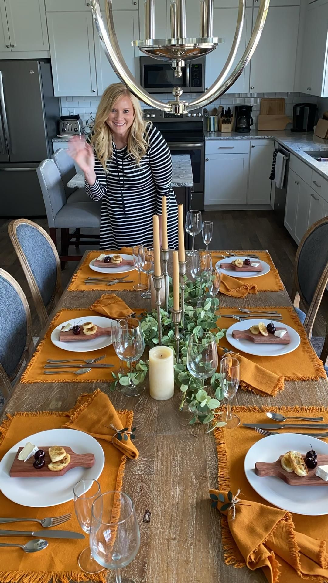Fall table setting // Thanksgiving table setting // fall table decor // tablescape with fall colors // tablescape with orange placemats napkins // #tabledecorations #tablescape #tablesettingideas #falldecor #falltabledecor