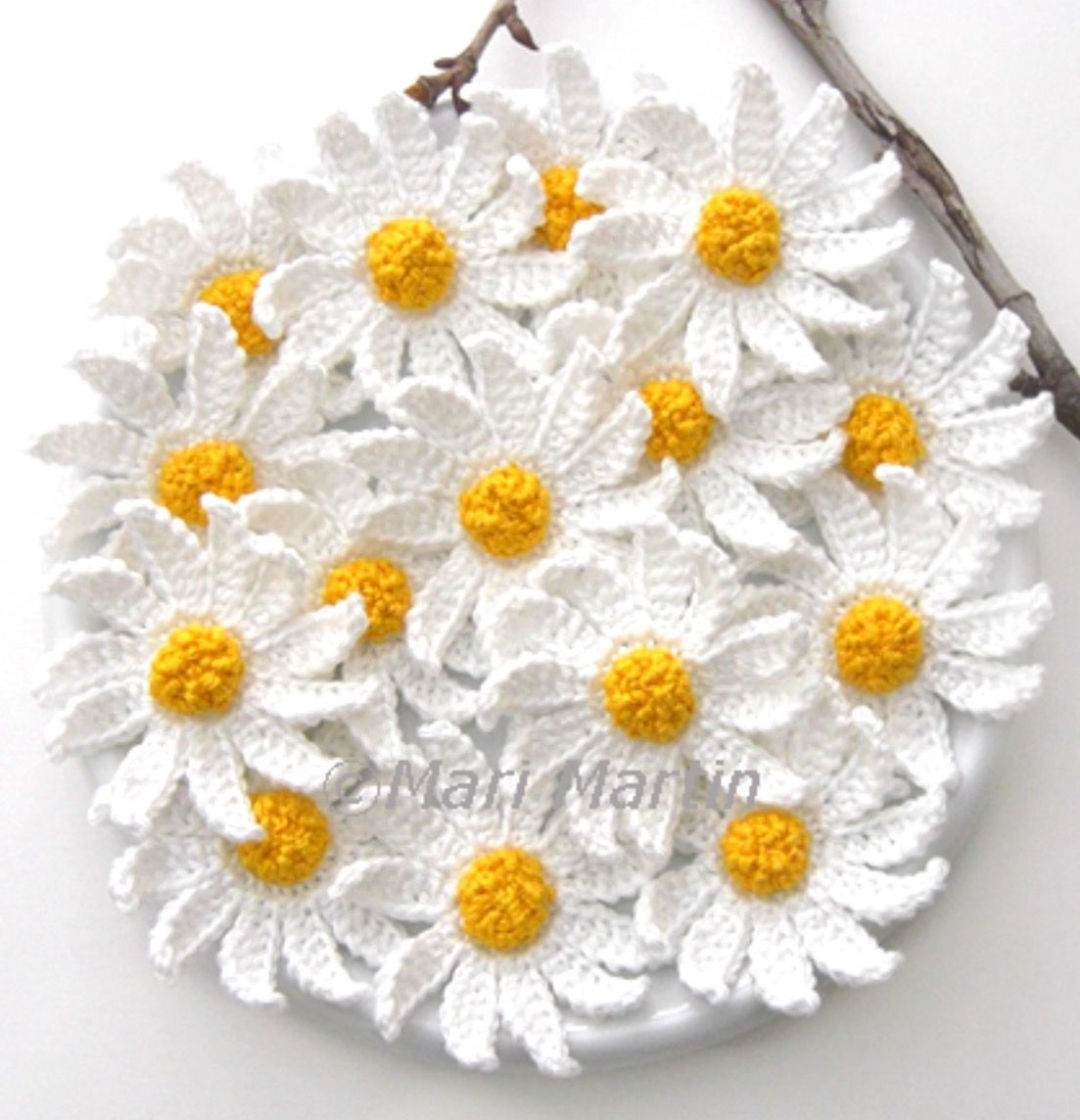 Pin by azime on elileri pinterest crochet a crochet daisy flower this pretty was just too much of a find not to share with you guys one of the simplest designs to recreate and one of the most eleg izmirmasajfo