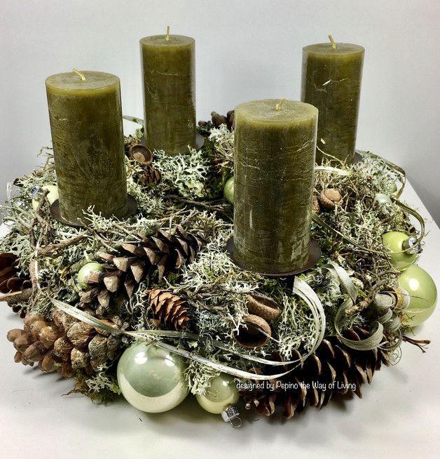 Adventskranz aus Eichenmoos gefertigt mit silbernen und pistaziengrünen Glaskugeln dazu Graumoos mit Ästen, Plattenmoos, Stonewood, Schwarzmoos, Weymouthzapfen, Eicheln und Gräser Kranz... #rustikaleweihnachten