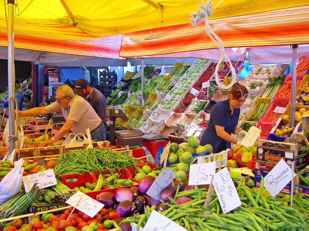 It's market day again in most parts of Italy, so make sure to stock up on fresh produce! Here's a scene from a market in Ravenna.