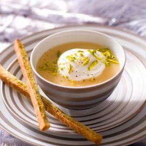 1 Pelez les légumes, rincez-les et découpez-les en petits morceaux. Faites-les cuire doucement, sans colorer, dans le beurre chaud. Au bout de 10 min, versez dessus le lait bouillant et la même quantité d'eau. Ajoutez la plaquette de bouillon, couvrez et laissez cuire 30 min. 2 Préchauffez le four th. 7(210 °C). Hachez grossièrement les pistaches. Étalez la pâte, poudrez-la avec les 2/3 des pistaches, salez et poivrez. Repliez-la en 2, découpez-la en longues allumettes. Enfournez 15 min. 3…