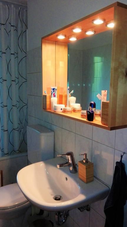 So Professionell Kann Ein DIY Badezimmerschrank Aussehen! Einfach Ein Paar  Holzleisten Zusammenbauen Und Lichter