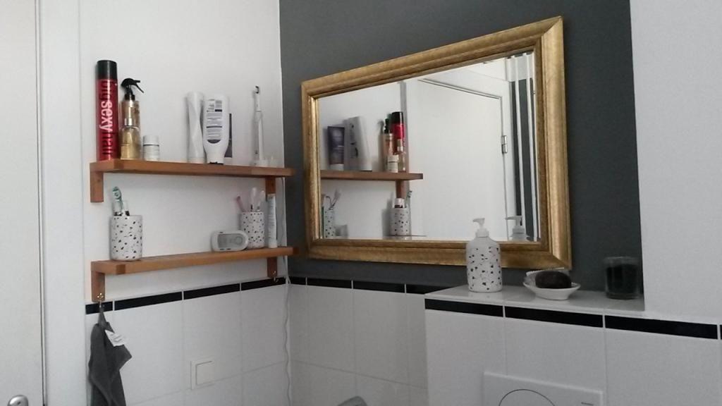 Badezimmer mit Goldrandspiegel in Hamburg Wohnung in Hamburg - badezimmer hamburg