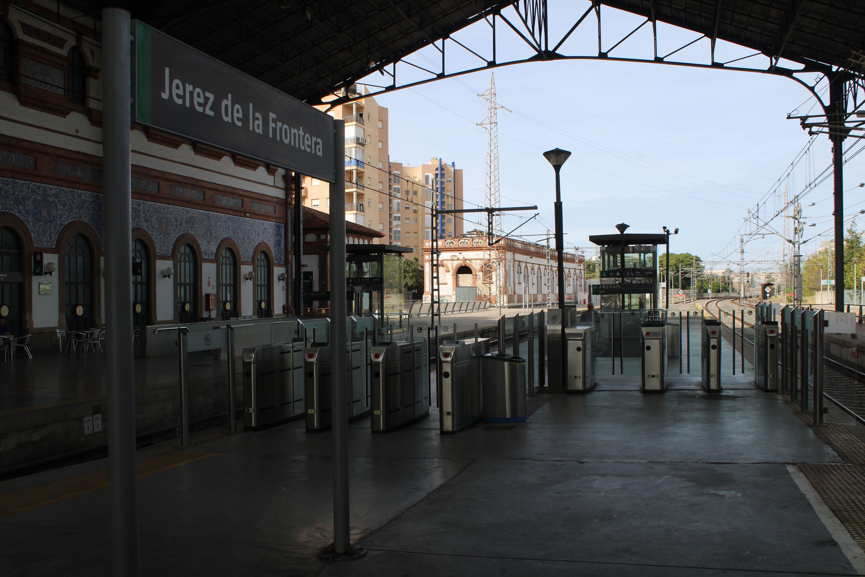 panorámica de la estación de Jerez de la Frontera desde los andenes centrales