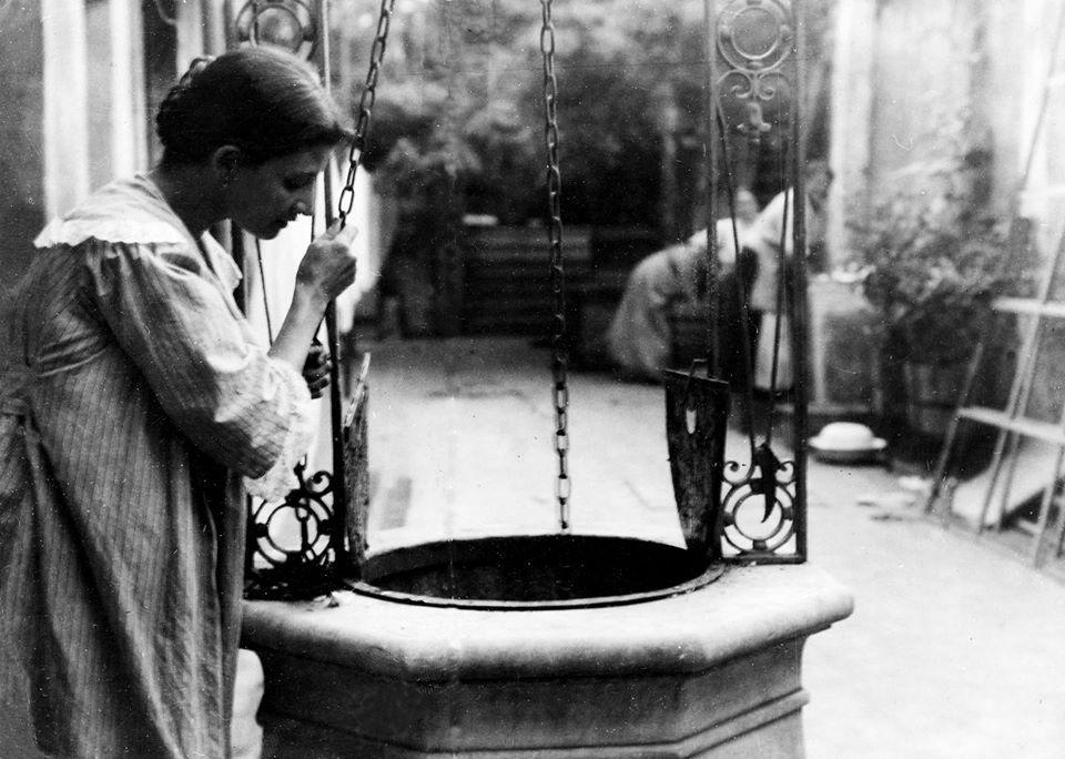 Sacando agua del aljibe, Buenos Aires siglo XIX. Documento fotográfico. Inventario 136328.