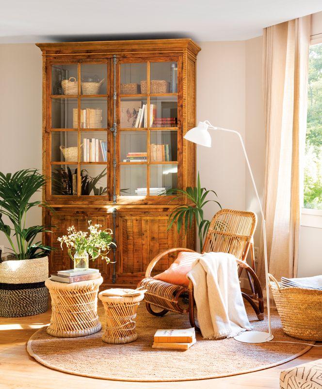 00454716. Salón con alacena de madera con vitrina, butaca de caña y ...