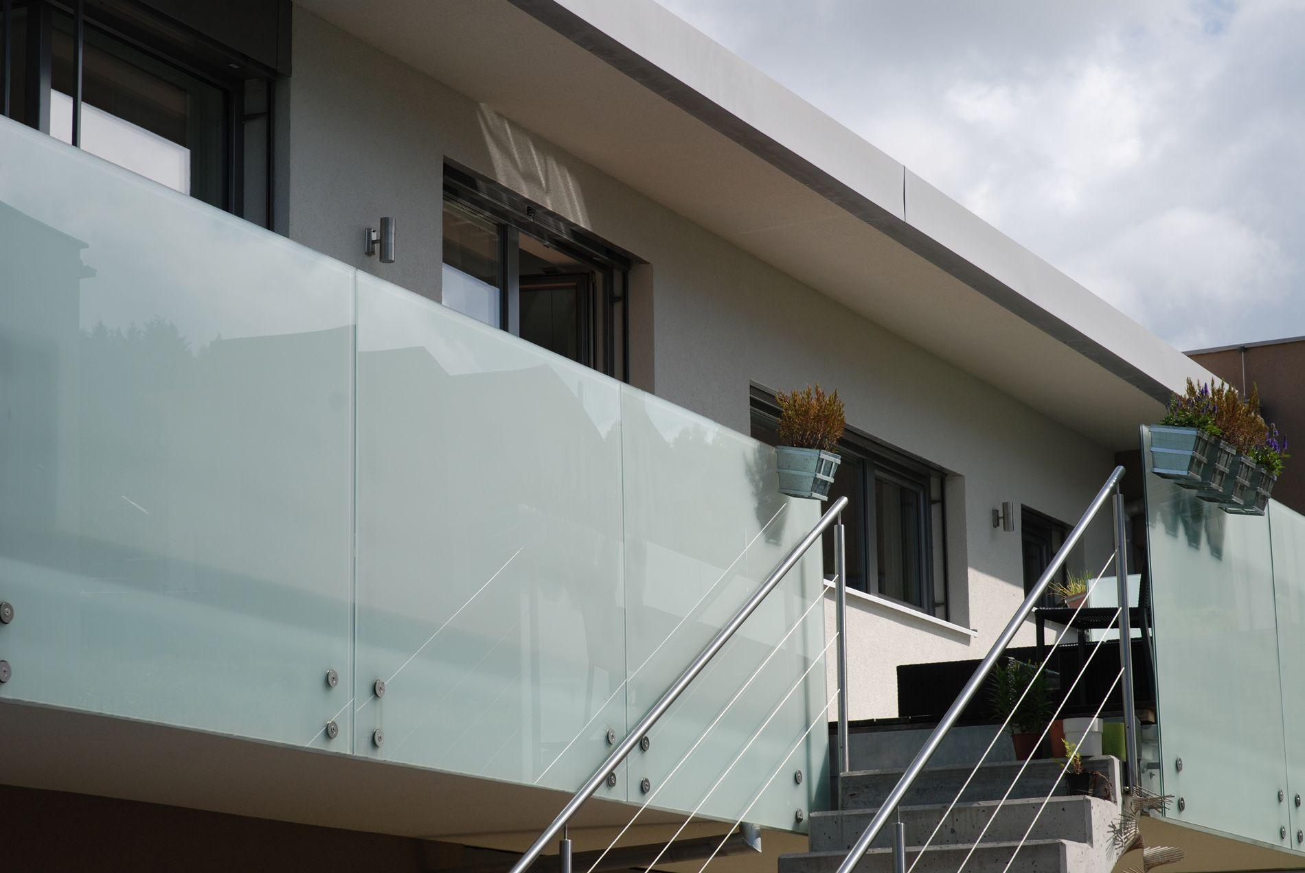 Windschutz Glas Gelander Milchglas Haus In 2019 Balkon Glas