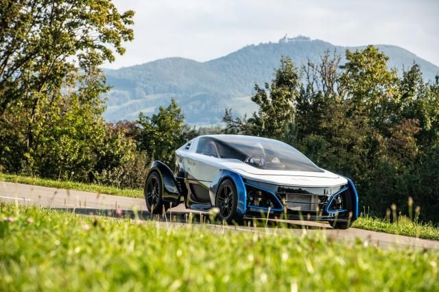 The German Aerospace Center (DLR) is presenting a small vehicle called the Safe Light Regional Vehicle (SLRV), which combines lightweight construction with a fuel cell drive. As the name suggests, the futuristic two-seater is also intended to be particularly safe. #electriccars