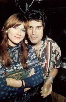 Freddie Mercury (geboren am 5. September 1946 und † am 24. November 1991) war der Frontsänger der…