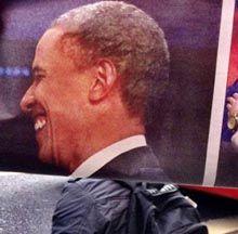 """Apenas dobrando folhas de jornal, os passageiros ganham """"novas cabeças"""", como as de Barack Obama, do Mestre Yoda e da Rainha Elizabeth. O autor, um anônimo."""