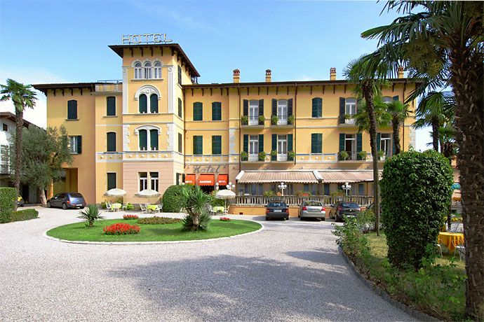 Hotel Maderno - Toscolano Maderno ... Garda Lake, Lago di Garda, Gardasee, Lake Garda, Lac de Garde, Gardameer, Gardasøen, Jezioro Garda, Gardské Jezero, אגם גארדה, Озеро Гарда ... Welcome to Hotel Maderno Toscolano Maderno. Is an Art Nouveau hotel, situated in a charming position 20 mt. from the lake and surrounded by a park and garden. All bedrooms have private bathroom, direct dial telephone, colour Tv, balcony. Large swimming pool and well-furnished in