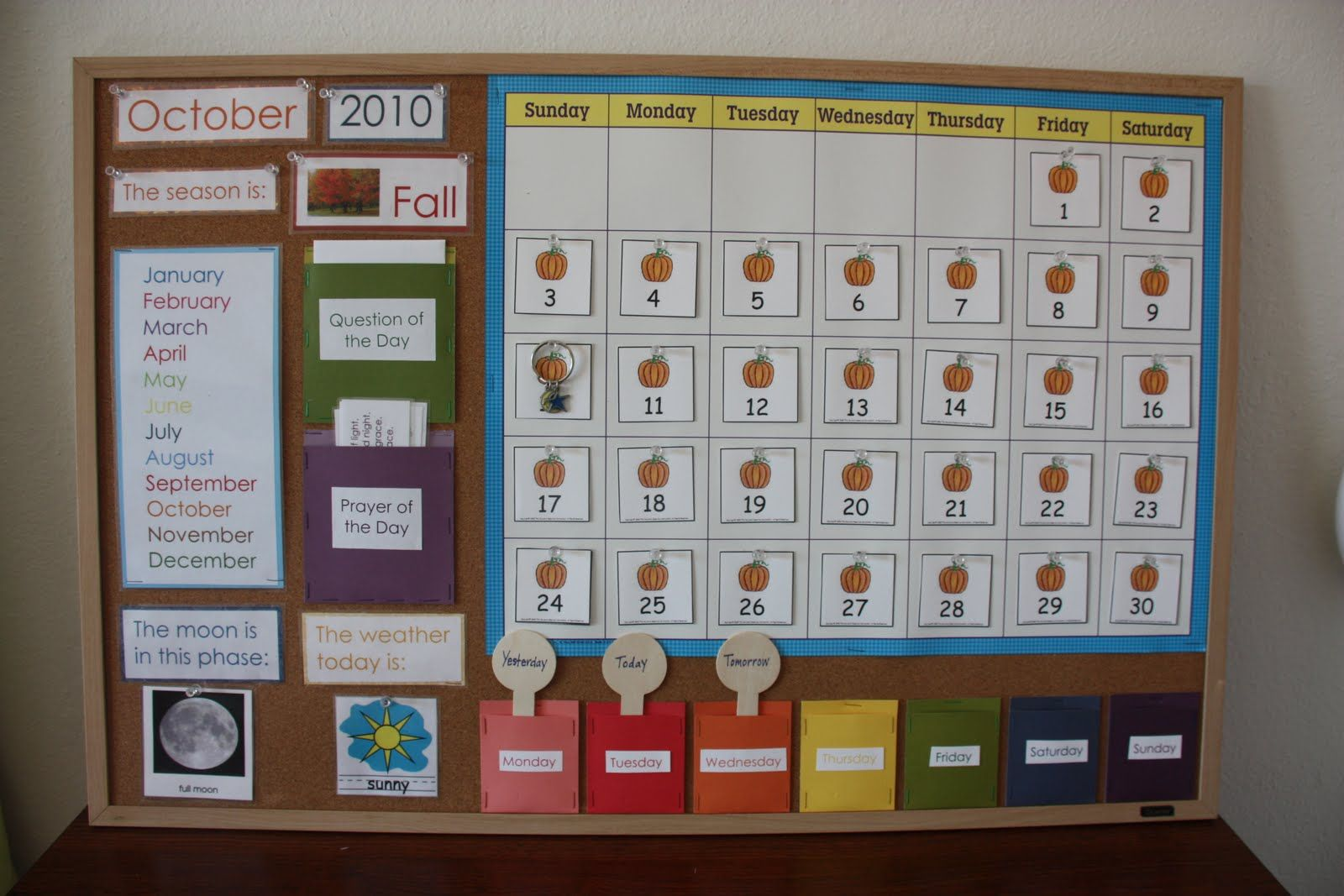 Perfect calendar display. Particularly love the day pockets to teach ...