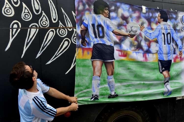 """O Terreirão do Samba, no Rio de Janeiro, é território dos argentinos, que montaram acampamento no espaço. Os """"hermanos"""" aguardam a grande final da Copa do Mundo, contra a Alemanha, que acontece no Estádio do Maracanã, no domingo."""