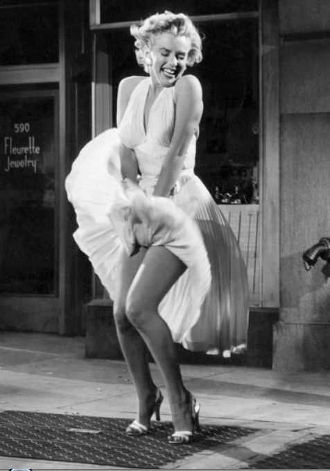 Famous Pictures Marilyn Monroe - Marilyn Monroe strikes her famous ...