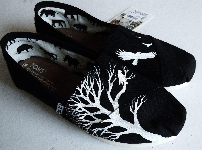 Black Ravens and Tree TOMS por TheLibertyLama en Etsy, $110,00