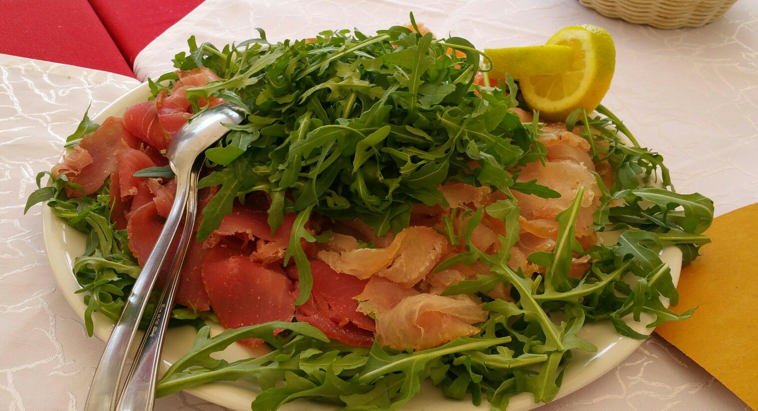 Temperature hot? Idea pranzo: un bel carpaccio fresco di tonno, salmone, pesce spada e baccalà su un letto di rucola. Condire con sale, olio evo, limone e un pizzico di pepe nero.