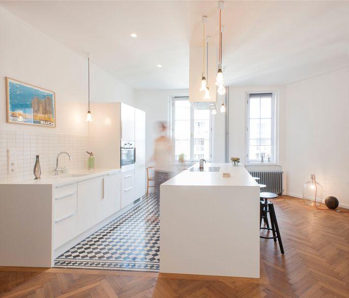 Offene Moderne Küche: Offene Weiße Küche Mit Fließenboden Und Eichen