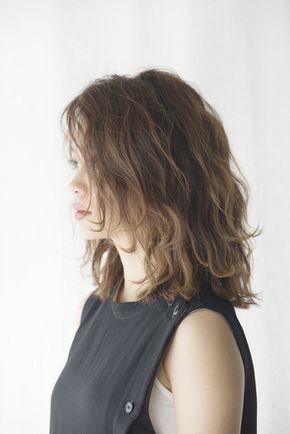 人気のミディアムヘアですが ずっと同じダウンスタイルだとマンネリで