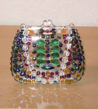 Wunderschöne schwarze in Regenbogenfarben irisierende Facettensteine und funkelnde Kristallsteine in Grün und Orange bringen diese zauberhaft gestaltete Acryl-Handtasche zum Funkeln und Glitzern!