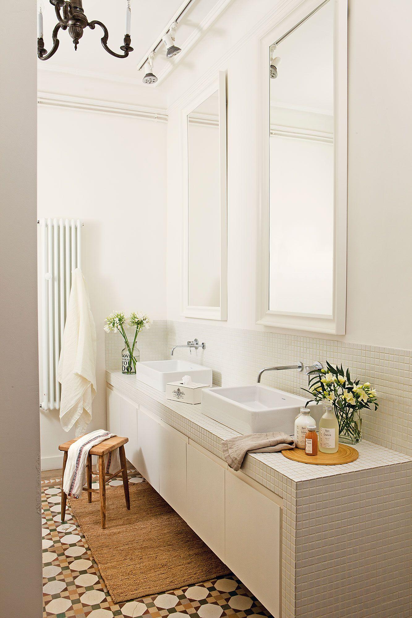 Baño en finca regia en blanco con suelo hidráulico   Bathroom ...