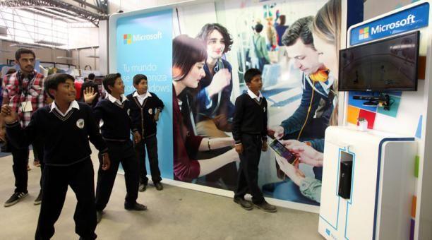 Ayer (15 de enero), en la feria Innopolis, en Yachay Tech, un grupo de estudiantes juega con las aplicaciones de Kinect, de Microsoft. Foto: José Mafla / El Comercio