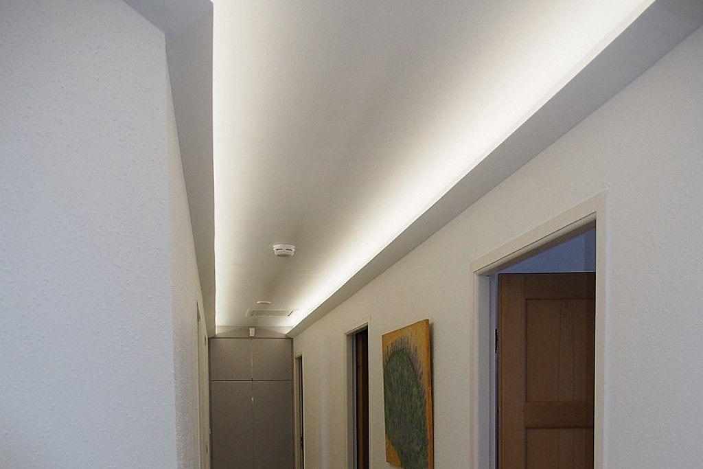 Beispiel 1   Indirekte LED Beleuchtung Der Decke Im Gang Bzw. Flur Mit Dem  Lichtvouten