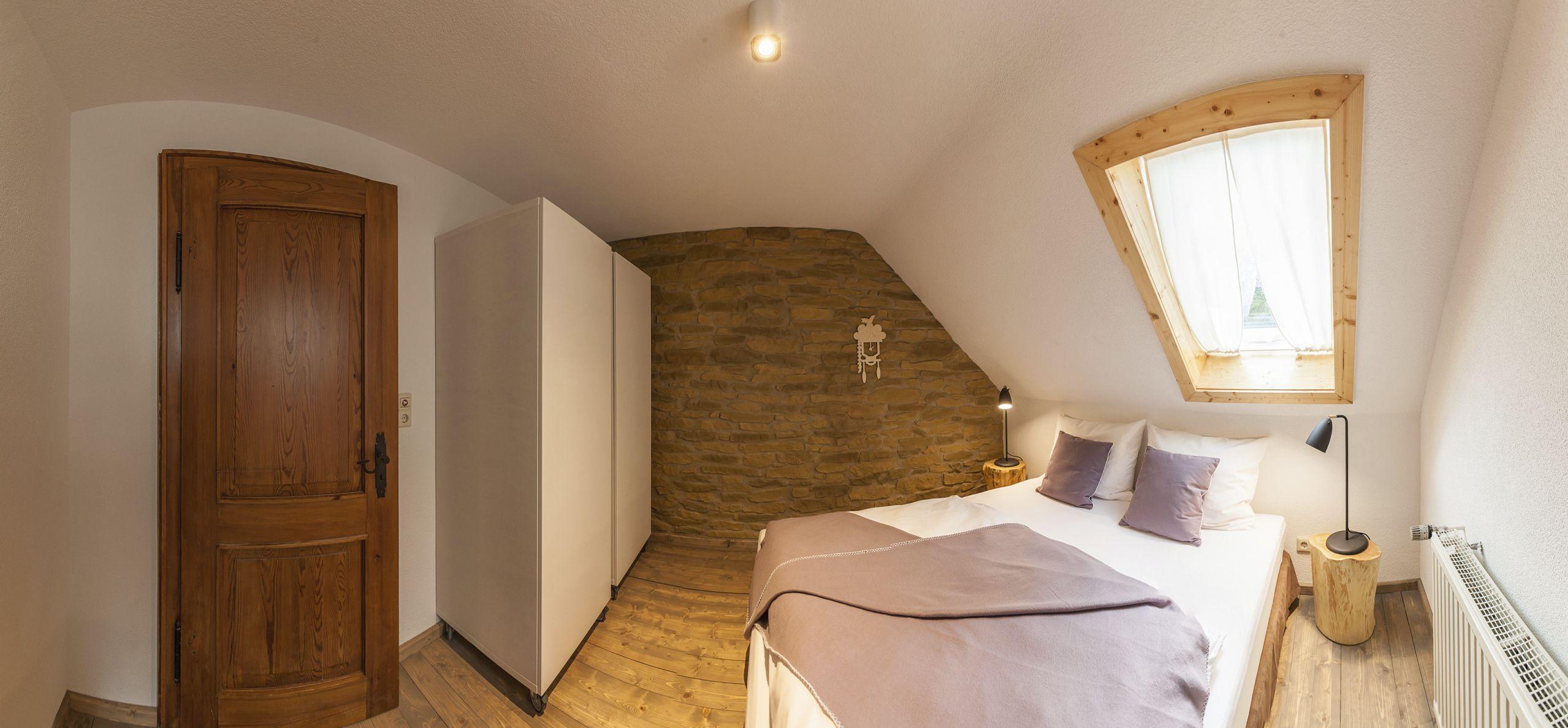 Viel Holz und Stein geben dem Schlafzimmer etwas Ruhe und
