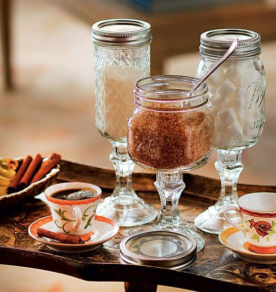 Na hora de servir o cafezinho, três opções de açúcar diferentes, cada uma em um potinho