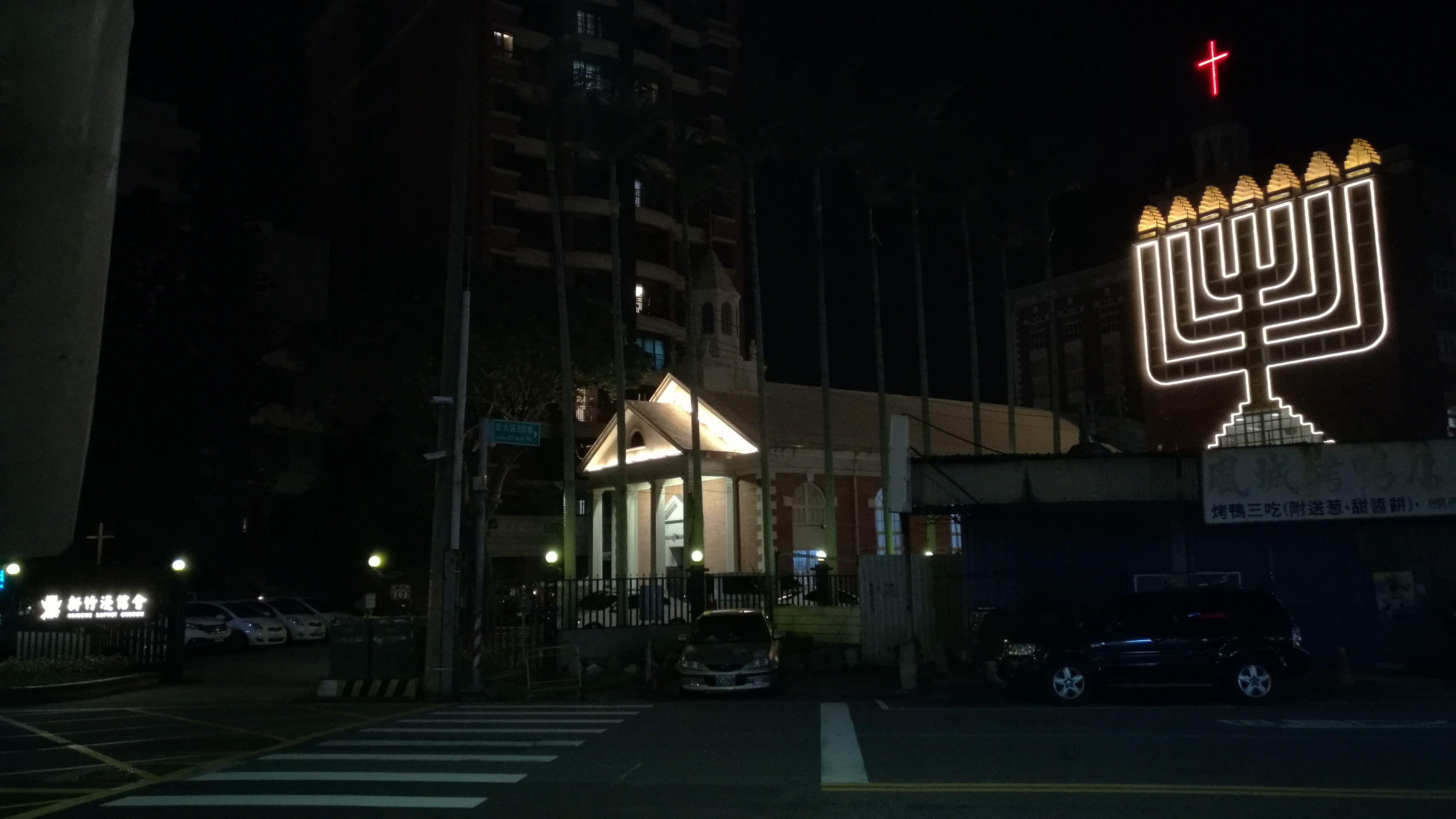 Iglesia cristiana con luces led y de neon en Hsinchu, Taiwan