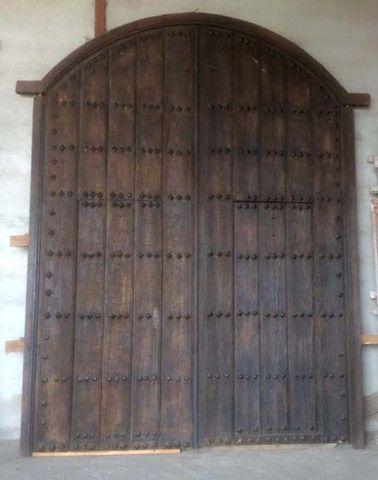 Antiguo port n de madera con tachuelas de hierro for Portones de madera antiguos