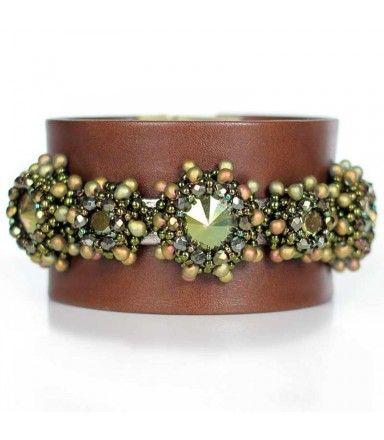 Lederarmband in Braun mit Swarovski kristallen in Grün Metallic