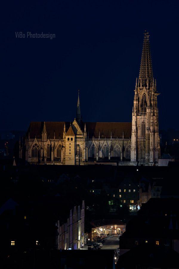 Regensburger Dom bei Nacht.